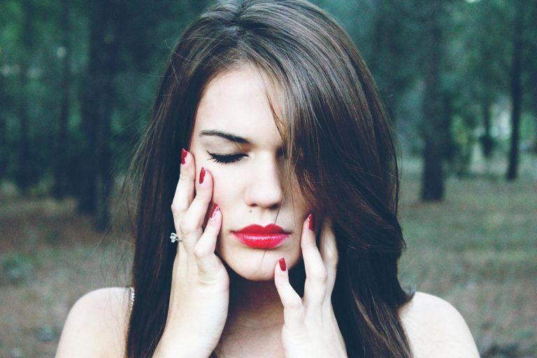 Możesz wypełnić zmarszczki na twarzy za pomocą kwasu hialuronowego